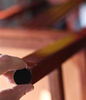 (Português do Brasil) O pedaço de feltro que salva o piso, as paredes e a mesa
