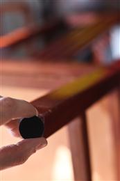 O pedaço de feltro que salva o piso, as paredes e a mesa